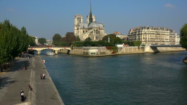 Seine River and Notre Dame Cathedral, Paris, Ile de France, France