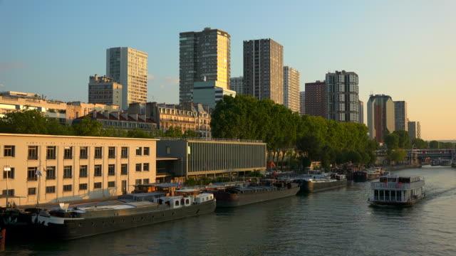 seine river at quai de grenelle, paris, ile de france, france - campo totale video stock e b–roll