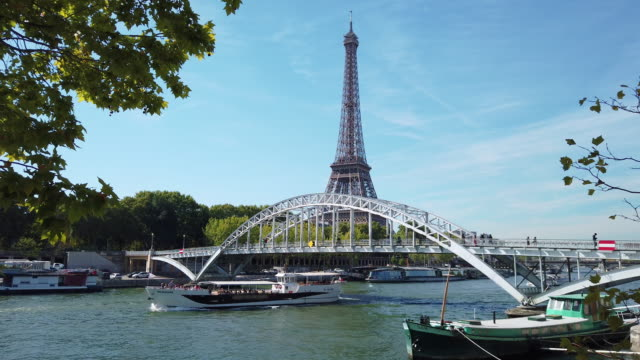 ws seine river, passerelle debilly, eiffel tower - luogo d'interesse internazionale video stock e b–roll