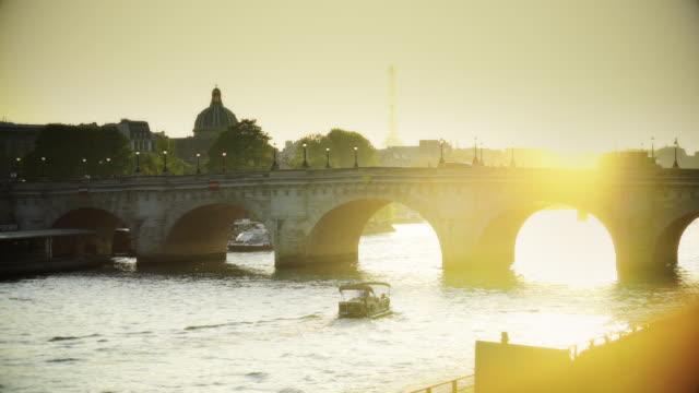 seine river traffic at dusk - ポンヌフ点の映像素材/bロール