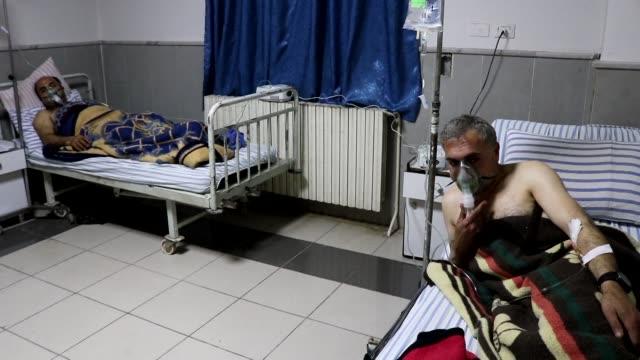 Seis hombres fueron tratados por problemas respiratorios en el principal hospital de Afrin en Siria el viernes tras un bombardeo del regimen turco...