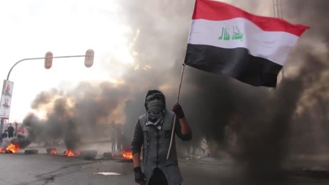 vídeos de stock, filmes e b-roll de seis manifestantes murieron el domingo en enfrentamiento con las fuerzas de seguridad el sur de irak - irak