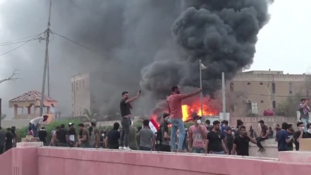 stockvideo's en b-roll-footage met seis manifestantes murieron el martes en la ciudad de basora en el sur de irak donde desde hace dos meses hay protestas por motivos sociales - basra