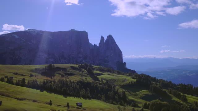 vídeos de stock e filmes b-roll de seiser alm, alpe di siusi - italian alps landscape drone view - norte