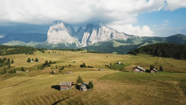 seiser alm, siusi alp from above, summer in the dolomites - siusi video stock e b–roll