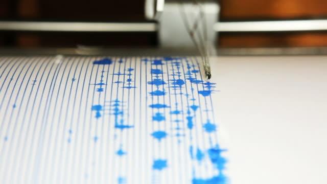 cu, seismograph machine, mt. st. helens, washington - erdbeben stock-videos und b-roll-filmmaterial