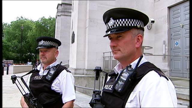 select committee attacks government defence cuts r29091012 london whitehall ext general views armed metropolitan police officers outside mod building... - 国防省点の映像素材/bロール