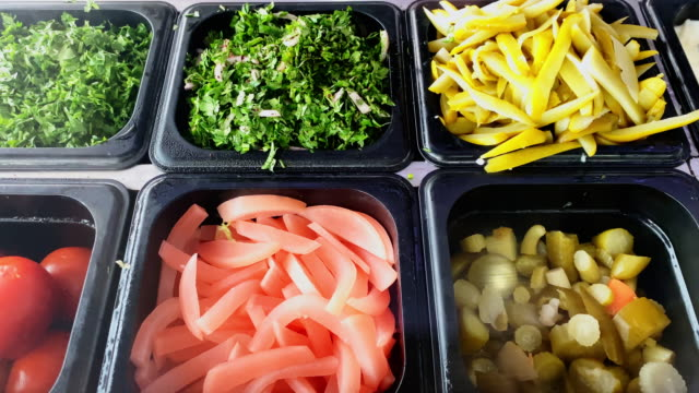シャワルマのための詰め物の選択 - 中東料理 - インスタント食品点の映像素材/bロール