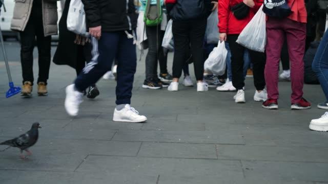 selective focus anonymous people walking past - street style点の映像素材/bロール