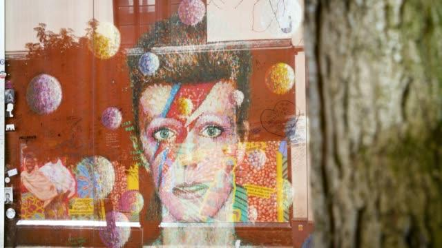 vídeos y material grabado en eventos de stock de selective focus david bowie mural, brixton - música pop