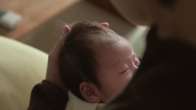 vídeos y material grabado en eventos de stock de 4k, selective focus, japanese baby(2 month). breastfeeding a newborn baby - japonés oriental