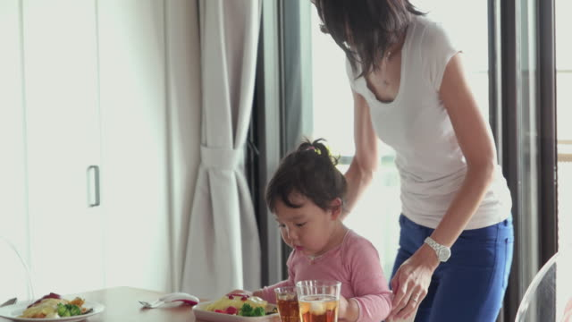 4 k 、セレクティブフォーカスます。日本のご家族でご一緒の時間をお過ごしいただけます。東京,日本 - 食事点の映像素材/bロール