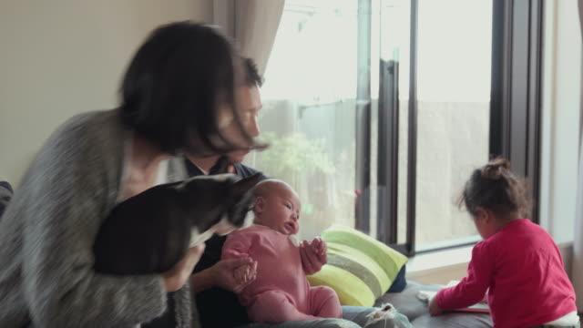 4K, selectieve aandacht. Japanse familie tijd samen doorbrengen in hun huis. Tokyo, Japan
