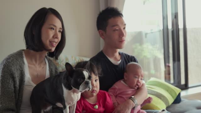 4 K, geringe Tiefenschärfe. Japanische Familie verbringen Zeit zusammen in Ihrem Zuhause. Tokio, Japan