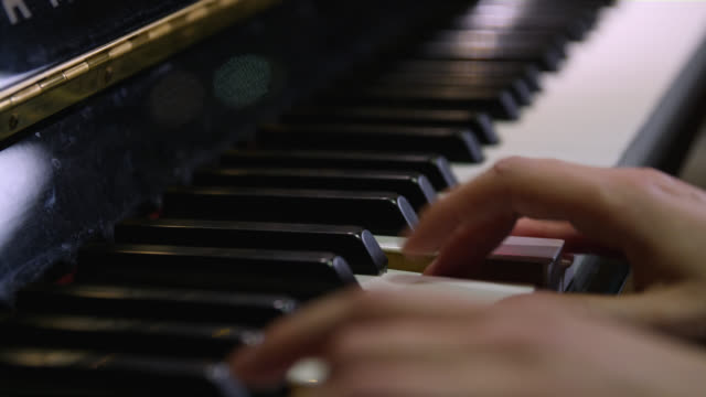 vídeos de stock e filmes b-roll de selective focus of chords and notes being played on a piano - pianista