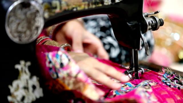 stockvideo's en b-roll-footage met selectieve aandacht op naaimachine naalden - naaimachine