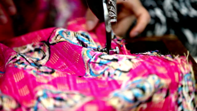 selective focus on sewing machine needle - macchina per cucire video stock e b–roll
