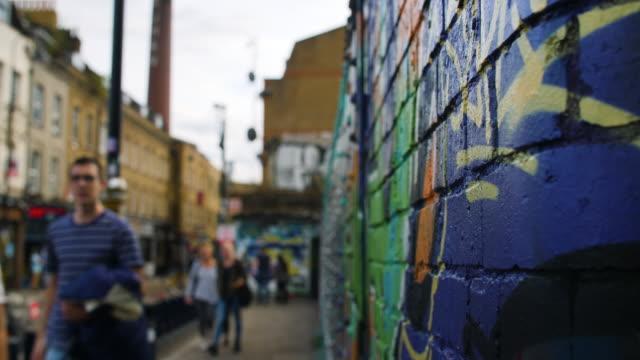selective focus shot of a colourful wall on brick lane - street style点の映像素材/bロール