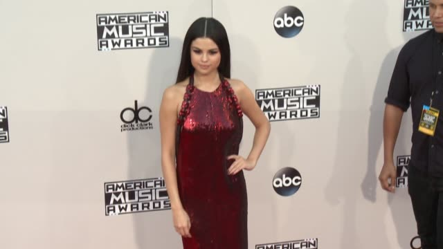 vídeos de stock e filmes b-roll de selena gomez at 2015 american music awards arrivals in los angeles, ca 11/22/15 - 2015