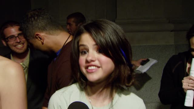 vídeos de stock e filmes b-roll de selena gomez on her hair what it means to be in young hollywood and fashion at the teen vogue young hollywood party at vibiana in los angeles... - 2007