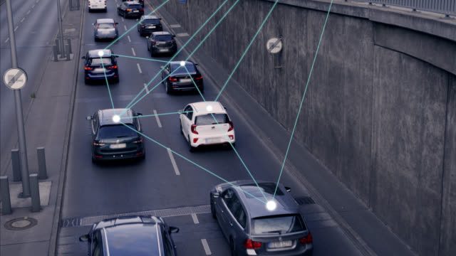 vídeos de stock e filmes b-roll de self driving autonomous cars on city street - transportation
