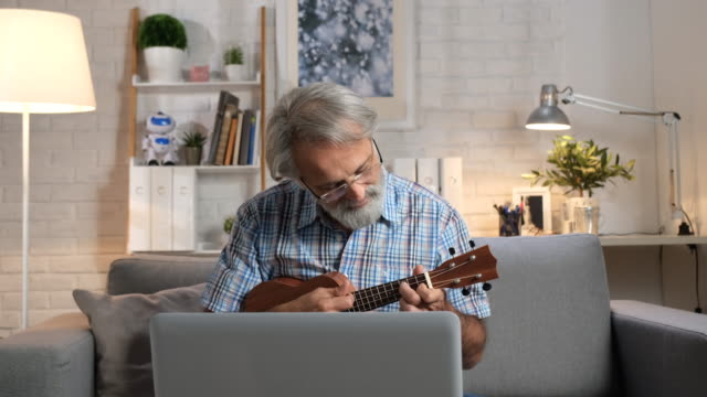 vídeos de stock, filmes e b-roll de educação de auto-isolamento - ukulele