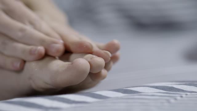 vídeos de stock, filmes e b-roll de pedicure do self - dedo do pé humano