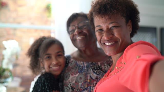 vídeos de stock, filmes e b-roll de autorretrato de uma família feminina de três gerações - mulheres maduras