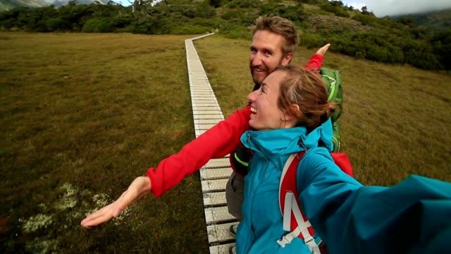 vidéos et rushes de un libre portrait de jeune couple de randonnée - touriste
