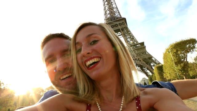 self portrait of couple at the eiffel tower - capitali internazionali video stock e b–roll