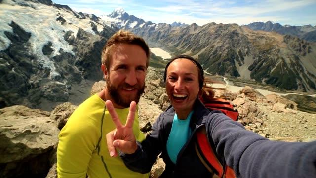 vídeos y material grabado en eventos de stock de retrato del uno mismo de pareja en la montaña - pico montaña