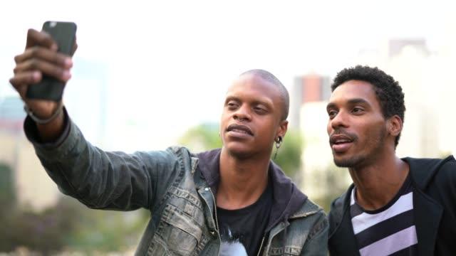 2 つのハンサムなラテン系アフリカ人のセルフ ポートレート - パルド人点の映像素材/bロール