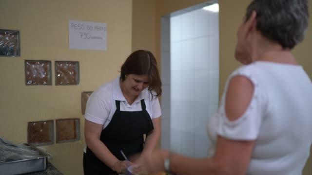 vídeos de stock, filmes e b-roll de self service buffet - pedacando prato de comida - américa latina