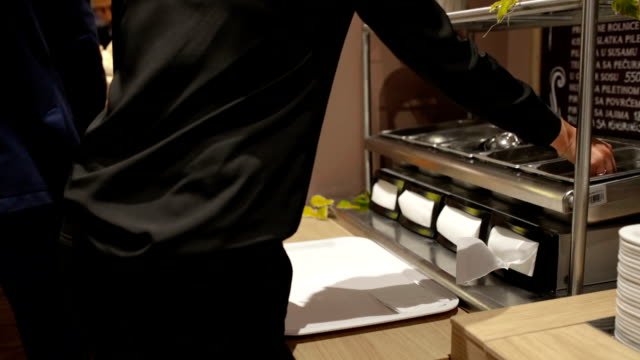 vídeos y material grabado en eventos de stock de auto servicio de restaurante, mano tiro - bandeja