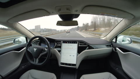 vídeos y material grabado en eventos de stock de fpv: self-driving fully autonomous tesla driverless car speeding on highway - innovation