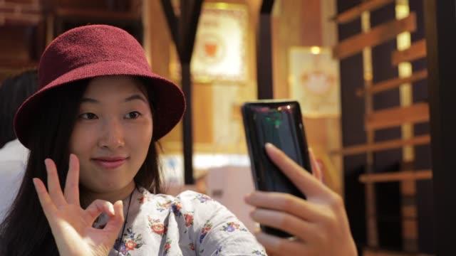 カフェで selfie - 自画像点の映像素材/bロール