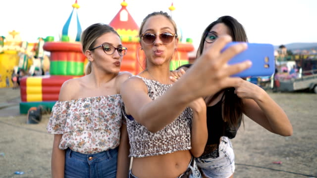 selfie på läns mässan - rynka ihop ansiktet bildbanksvideor och videomaterial från bakom kulisserna