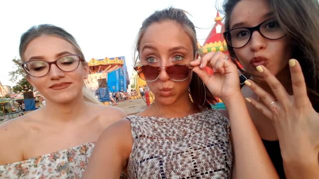 vidéos et rushes de selfie à la foire du comté - lunettes de vue