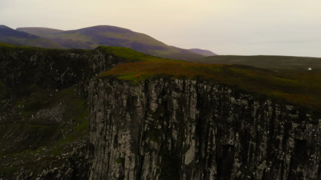vidéos et rushes de selfie boomerang drone in the cliffs of the isle of skye coastline in scotland. - boomerang