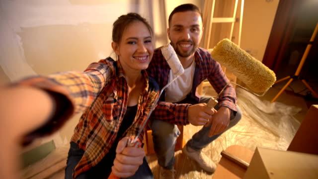 vídeos de stock, filmes e b-roll de pausa selfie enquanto pinta casa - parede