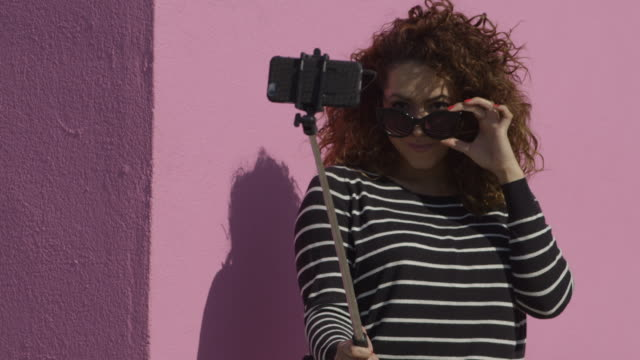selfie - colorful wall - wand stock-videos und b-roll-filmmaterial