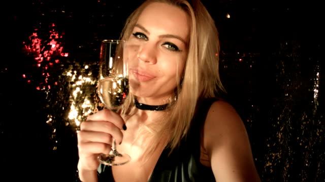 vídeos de stock, filmes e b-roll de selfie de uma casa noturna - fofo descrição geral
