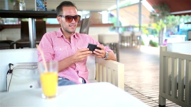 vidéos et rushes de selfie dans un coffee shop - seulement des jeunes hommes