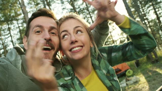vídeos de stock e filmes b-roll de selfie na natureza - 20 24 anos