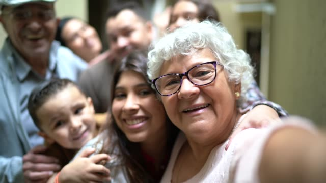 vídeos de stock e filmes b-roll de selfie of a big family reunited at home - latino americano
