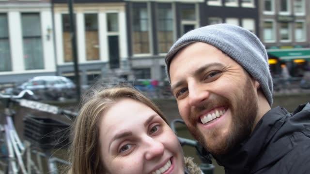 vidéos et rushes de selfie d'un couple à amsterdam, pays-bas - pays bas