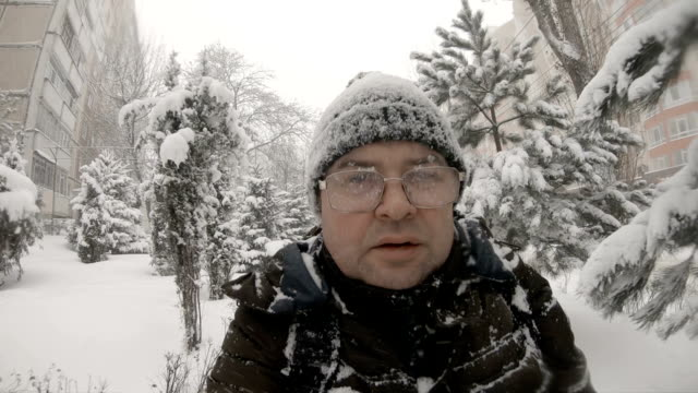 vídeos de stock e filmes b-roll de selfie of man walking at winter blizzard - nevão