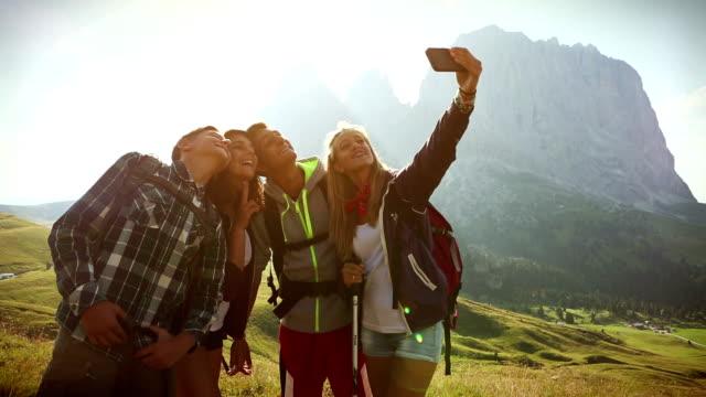 selfie sulle dolomiti - langkofel sassolungo video stock e b–roll