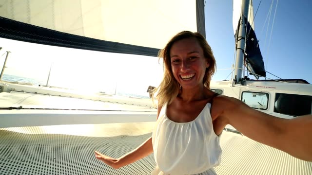 Portrait de Selfie de fille blonde sur voilier