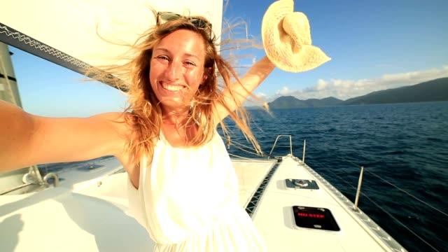 Selfie Porträt des blonden Mädchens auf Segelboot